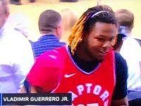 Baloncesto NBA … Toronto Derrota Filadelfia … Vladimir Guerrero Jr Provee El Estimulo Desde Las Graderias.!!!